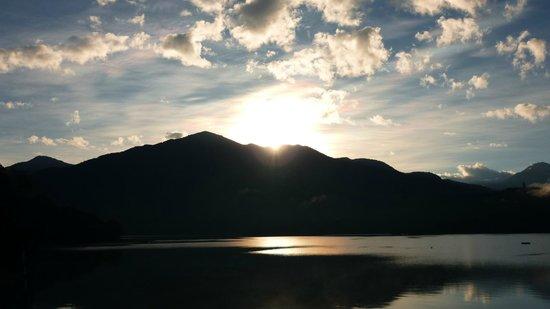 Sun Moon Lake Hotel : 日月潭的日出,陽台就拍不到了