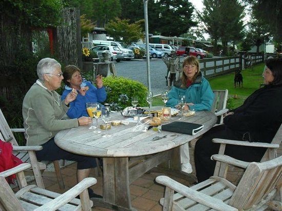 Rotorua Hideaway Lodge: Having a barbeque on the grounds