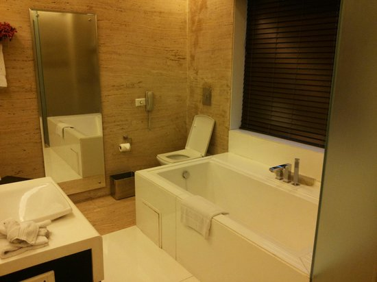 Galaxy Hotel & Spa : The Bathroom