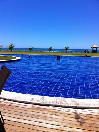 Guarajuba, BA: Piscina a alguns metros da praia