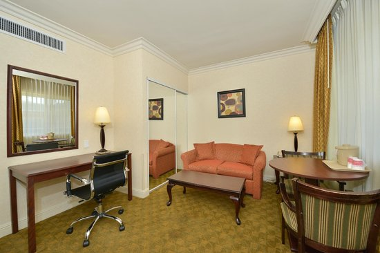 Ramada Los Angeles/Downtown West: Suite Living Room