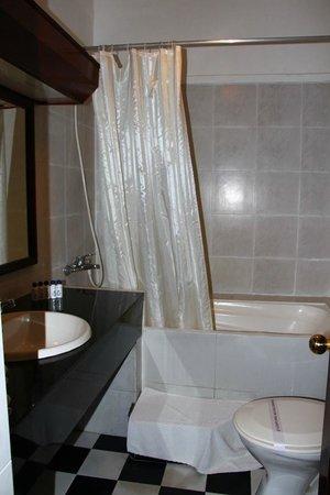Queen's Hotel : Washroom of room 124