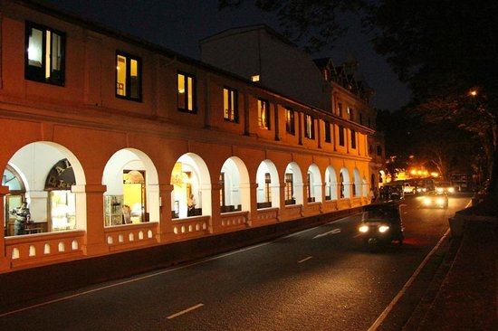 Queens Hotel Kandy: The shopping arcade at the Queen's and the street at night