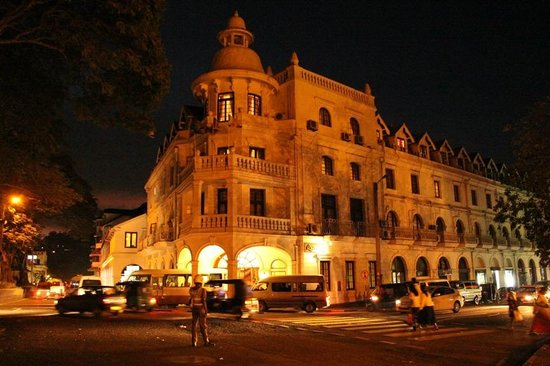 Queens Hotel Kandy: The Queen's at night