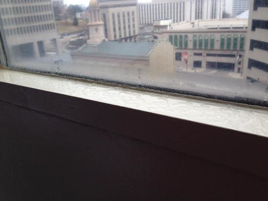 DoubleTree by Hilton Nashville-Downtown: Condensation on window sill - room 615