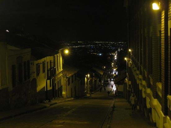 Muisca Hotel: Calle 10 in Candelaria at night