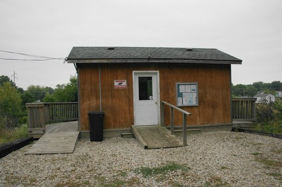 Depot Inn & Suites: Enclosed shelter at train-watching overlook.