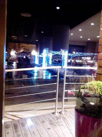 L'adresse : Parte interna do restaurante refletida na janela que tem vista para o rio.