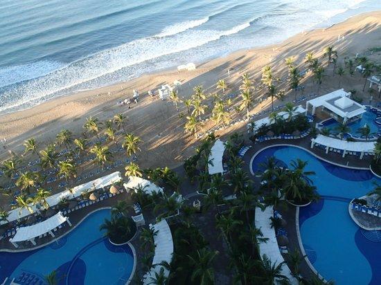 Hotel Riu Emerald Bay: y las albercas con la playita de día