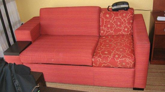 Courtyard Miami Airport: sofa