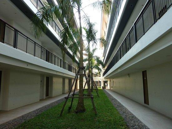 Holiday Inn Resort Krabi Ao Nang Beach: Espace carcéral entre bâtiment côté piscine et bâtiment côté jardin