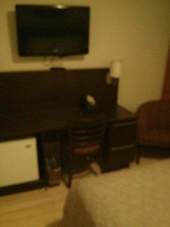 Hotel Jardin Ste-Anne: Bar fridge (nothing in it) desk and TV