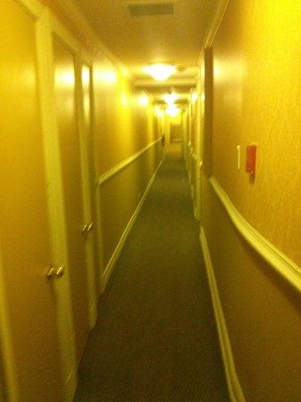 Hotel Jardin Ste-Anne: Hallway to my room