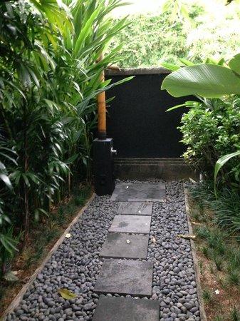 Peppers Seminyak: outdoor shower in outdoor bathroom