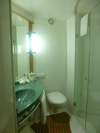 Ibis Sydney Airport: Bathroom view 1.