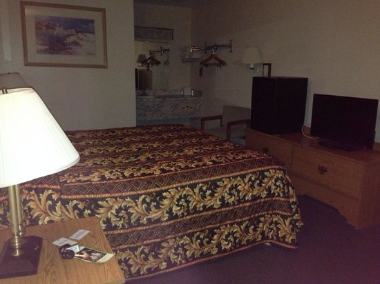 Homosassa Riverside Resort: One of the cheaper rooms facing the resort for $63
