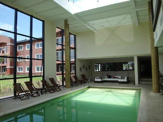 Howard Johnson Hotel & Convention Center Ezeiza: Piscina climatizada