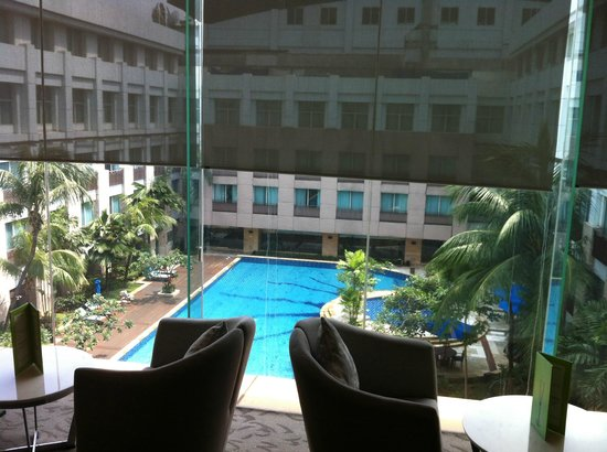 Novotel Jakarta Mangga Dua Square: Swimming pool view from Premier Lounge