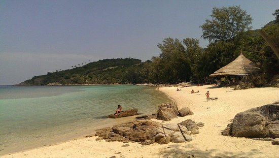 Coral Bay Resort: Peaceful, smooth white sand and crystal clear water. Good for snorkeling.. Everything was perfec
