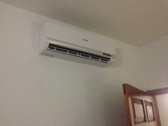 Hotel Copa : Hotel en Playa del Carmen: No can do for this AC unit. Remote not available