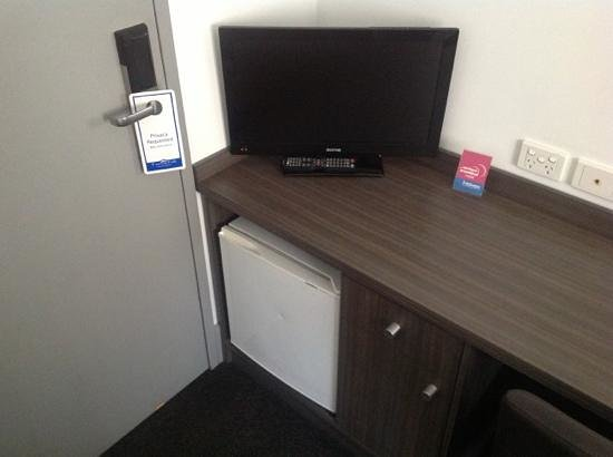 Causeway Inn On The Mall : tiny room with tiny tv and tiny bar fridge