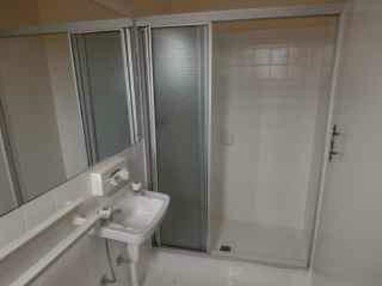 The Mews Motel : Bathroom of Room no. 5