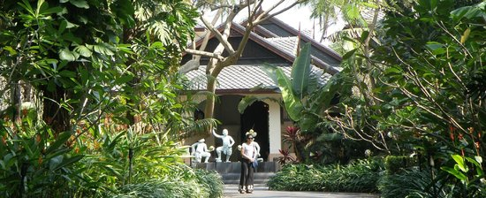 Anantara Bophut Koh Samui Resort: The driveway to the hotel