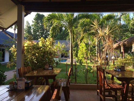 Phuket Airport Hotel : Garden seen from the restaurant