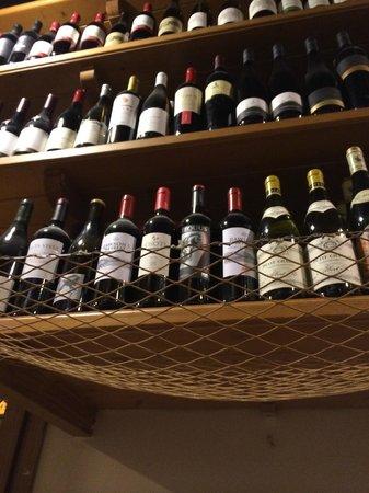 Cul de Sac Wine Bar : Под полками с вином сетки, на которые можно закинуть  одежду.