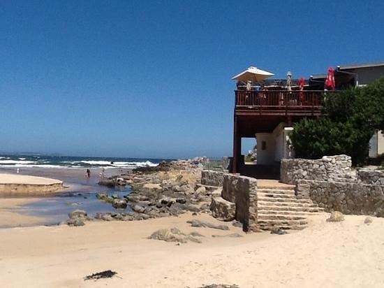 VillaChad Guesthouse: Strandbar und Ebbe am Kleinmondbeach