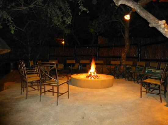 Itaga Luxury Private Game Lodge: AFter dinner fire place to gather around