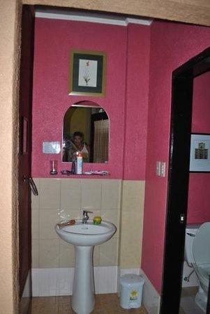 Purple Fountain  Inn : The bathroom
