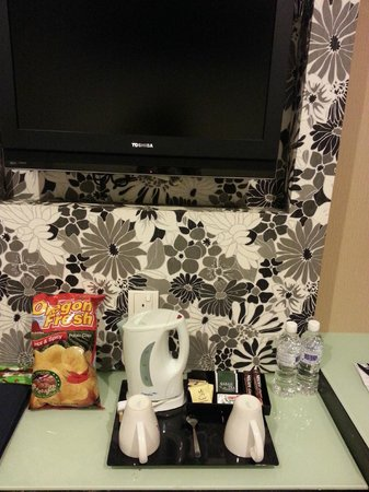 Grand Borneo Hotel: coffee/tea maker and complimentary bottled water