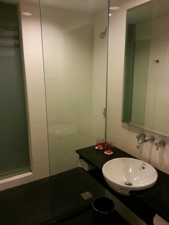 Grand Borneo Hotel: Powerful shower and the water temperature is easily adjusted too