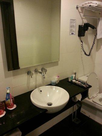 Grand Borneo Hotel: well equipped bathroom