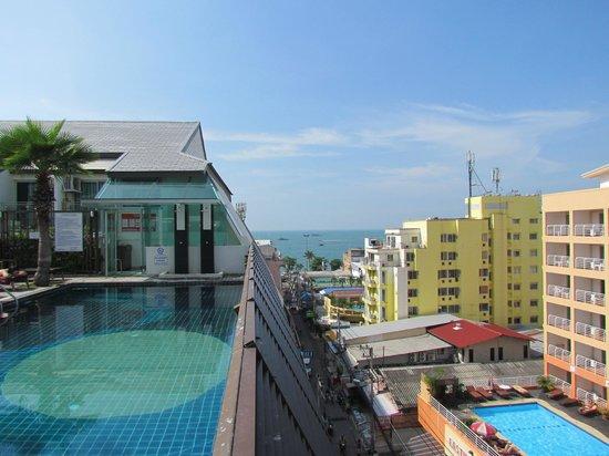 Sunshine Hotel & Residences : Бассейн на крыше (7 этаж)