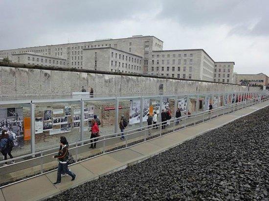 Gedenkstätte Berliner Mauer: Vista del muro desde el Museo de Topografía del Terror
