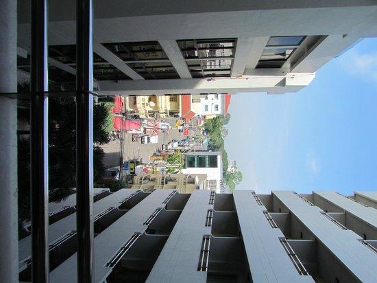 Sunshine Hotel & Residences : вид с номера Hotel Wing - на улицу красных фонарей