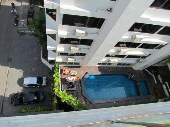 Sunshine Hotel & Residences : Вид на бассейн второго этажа