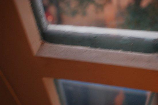 Radisson Blu Marina Connaught Place: Dirty room