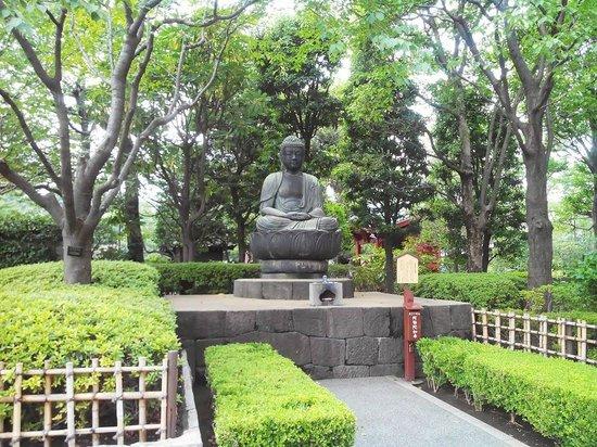 Asakusa Shrine: статуя на территории