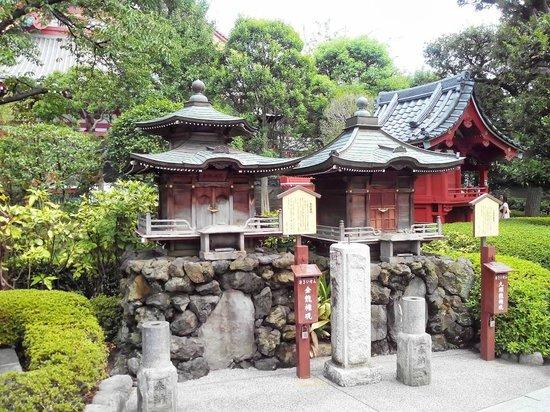Asakusa Shrine: домики божеств