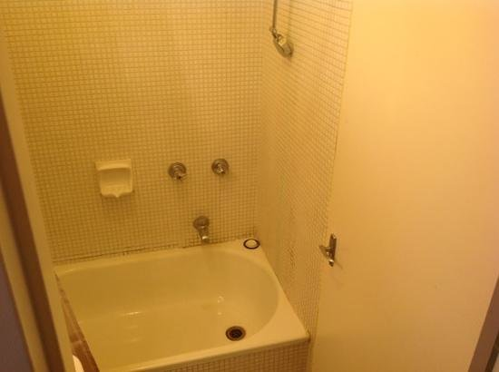 George Powlett Apartments : bad shower,bad water pressure
