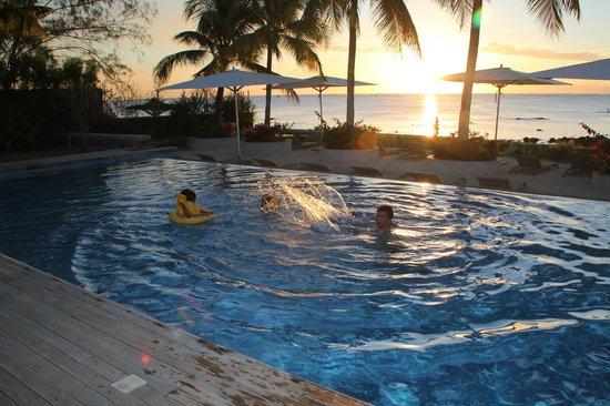 Mon Choisy Beach Resort : The pool at sunset