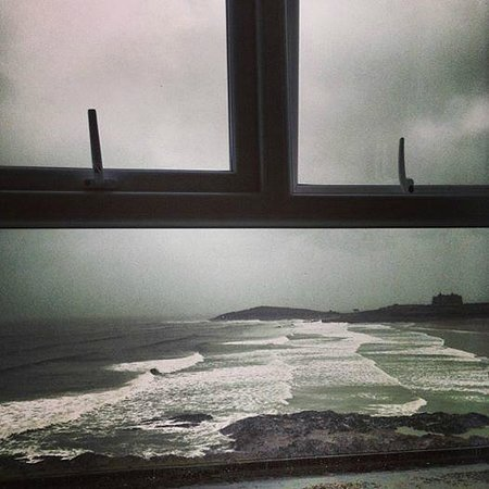Fistral Beach Hotel and Spa: The view across a stormy Fistral