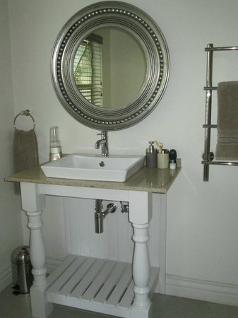 Kingsmead Guesthouse: A touch of class in the bathroom - with heated towel rail.