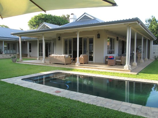 Kingsmead Guesthouse: Pool with lounge/dining room/bar in background.