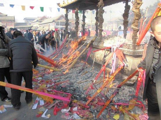 Dazhao Temple: 入口前の焼香場