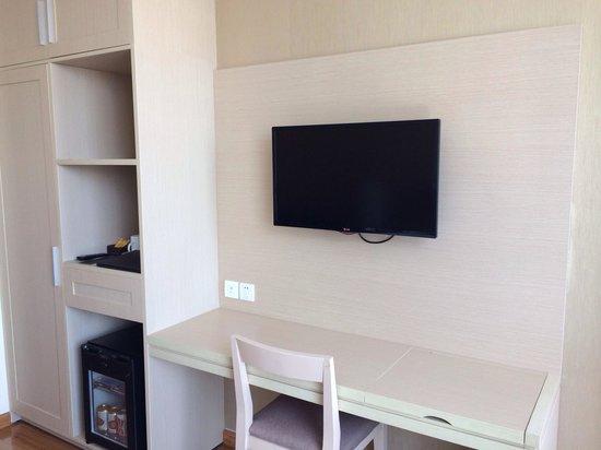 GK Central Hotel: Great TV set up, desk & mini bar