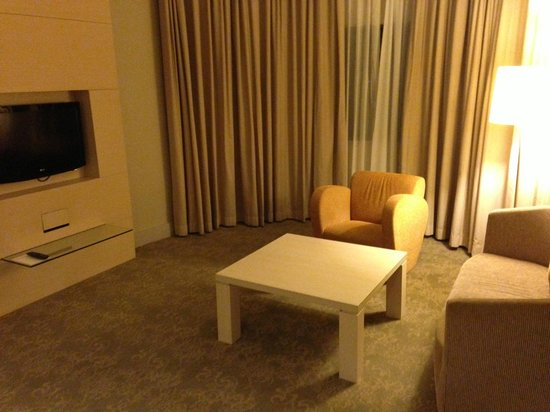 Holiday Inn Singapore Atrium: Living room of suite